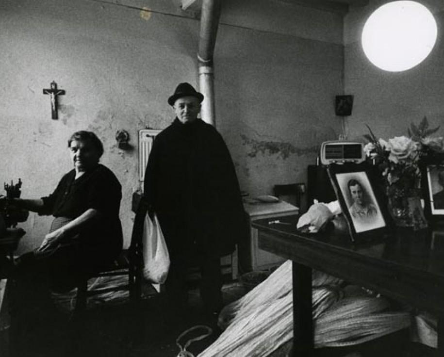 """Gianni Berengo Gardin,  Emilia (dalla serie: """"Dentro le case""""), 1976. Stampa fotografica in bianco e nero, gelatina bromuro d'argento su carta."""